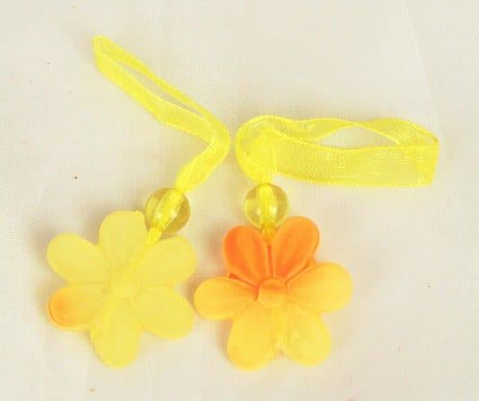 Blüten-Anhänger mit Organzaband, gelb - fruehjahr, everyday-dekoaccessoires, dekoaccessoires