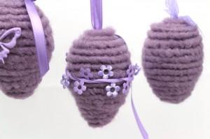 Ostereier mit Wolldocht umwickelt - lila