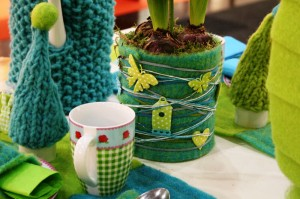 Blumentopf mit Wollvlies und Dekolitzen gestaltet