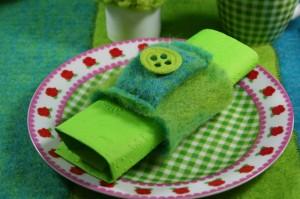 Leicht selbst zu machender Serviettenring aus Wollvlies in grün