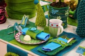 gedeckter Tisch in Trendfarben grün-türkis